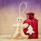 Brinquedo do pão-de-espécie perto da lanterna Fotos de Stock Royalty Free