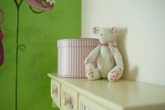 Brinquedo do urso no quarto de criança Imagem de Stock Royalty Free