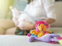 Brinquedo e boneca com bebê e mãe no fundo Imagem de Stock Royalty Free