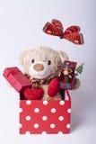 Brinquedo e presentes do urso fotografia de stock royalty free