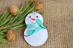 Brinquedo feito a mão do boneco de neve do Natal de feltro Ofício das crianças fotografia de stock royalty free