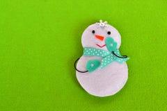 Brinquedo feito a mão do boneco de neve do Natal de feltro Ofício das crianças imagem de stock royalty free