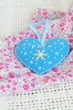 Brinquedo feito a mão do coração do Natal de feltro Ofícios fáceis para crianças imagem de stock royalty free