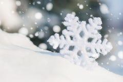 Brinquedo grande do floco de neve no monte de neve foto de stock royalty free