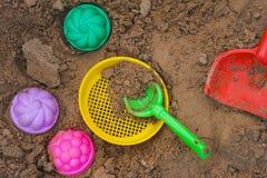 Brinquedo Multicoloured que encontra-se em uma areia molhada Foto de Stock Royalty Free