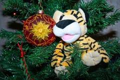 Brinquedo na árvore de Natal imagem de stock