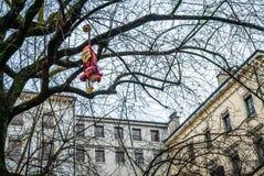 Brinquedo peluches perdido em uma árvore Foto de Stock Royalty Free