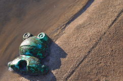 Brinquedo perdido na praia fotos de stock