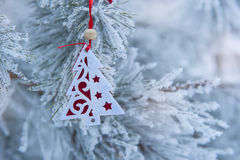 Brinquedo retro da árvore do Natal sobre fundo defocused Foto de Stock Royalty Free