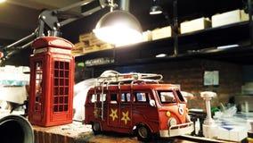 Brinquedo retro do carro do estilo com a cabine de telefone de Londres foto de stock