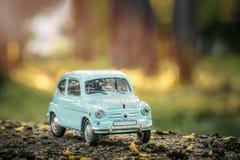 Brinquedo retro do carro do vintage na natureza imagem de stock royalty free