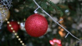 Brinquedo vermelho bonito do Natal na árvore de Natal filme