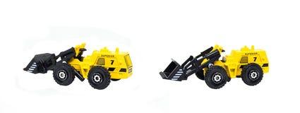 Brinquedos amarelos do caminh?o da constru??o isolados no fundo branco fotos de stock