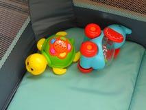 Brinquedos brilhantemente coloridos do infante do bebê foto de stock