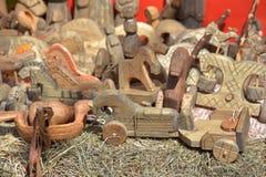 Brinquedos cinzelados de madeira retros para a venda na feira Fotos de Stock Royalty Free