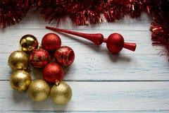 Brinquedos da árvore de Natal e festão vermelha brilhante Imagem de Stock Royalty Free