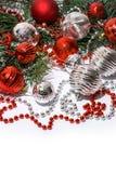 Brinquedos da árvore de Natal e ramo de árvore do abeto no branco fotografia de stock royalty free