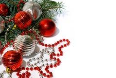 Brinquedos da árvore de Natal e ramo de árvore do abeto no branco isolado imagem de stock royalty free