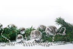 Brinquedos da árvore de Natal e ramo de árvore de prata do abeto no branco fotografia de stock royalty free