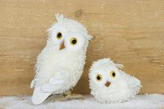 Brinquedos da coruja da neve em um fundo de madeira Imagens de Stock