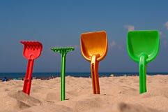 Brinquedos da praia das crianças na praia Fotos de Stock
