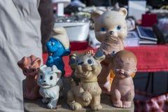 Brinquedos de borracha velhos na feira da ladra em Zagreb, Croácia Fotos de Stock