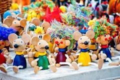 Brinquedos de madeira antigos das estatuetas na feira Imagens de Stock