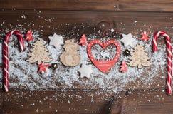 Brinquedos de madeira, cookies, doces no Natal Imagens de Stock