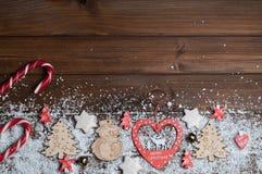 Brinquedos de madeira, cookies, doces no Natal Imagem de Stock