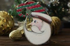Brinquedos de madeira do Natal para a árvore de Natal Brinquedo de Santa Claus imagens de stock royalty free