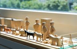 Brinquedos de madeira feitos à mão: manequim e animais Fotos de Stock Royalty Free