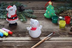 Brinquedos de pintura do Natal da porcelana para decorações Fazendo o brinquedo da argila com suas próprias mãos Children' c imagens de stock royalty free