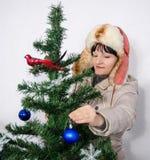 Brinquedos de suspensão da mulher em uma árvore de Natal Imagens de Stock Royalty Free