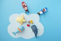Brinquedos diminutos - os resíduos tóxicos da vista superior despejados ao mar, conduziram à destruição da vida marinha e ao conc fotografia de stock royalty free