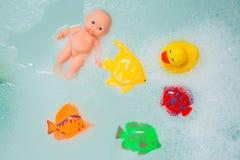 Brinquedos do banho nas bolhas brancas da espuma Fotografia de Stock Royalty Free