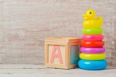 Brinquedos do bebê na tabela de madeira Desenvolvimento infantil fotos de stock royalty free