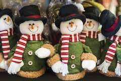 Brinquedos do boneco de neve no mercado justo do Natal Natal e celebração do ano novo Imagens de Stock
