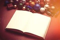 Brinquedos do livro e dos chritmas no fundo branco Imagens de Stock