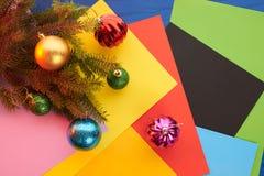 Brinquedos do Natal do fundo de ano novo e árvore de Natal Imagens de Stock Royalty Free