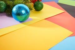 Brinquedos do Natal do fundo de ano novo e árvore de Natal Fotos de Stock
