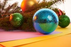 Brinquedos do Natal do fundo de ano novo e árvore de Natal Imagens de Stock