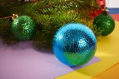 Brinquedos do Natal do fundo de ano novo e árvore de Natal Imagem de Stock