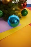 Brinquedos do Natal do fundo de ano novo e árvore de Natal Fotografia de Stock