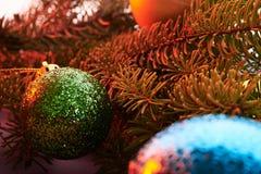 Brinquedos do Natal do fundo de ano novo e árvore de Natal Foto de Stock