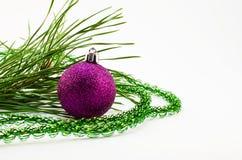 Brinquedos do Natal e de árvore do Natal ramo Fotografia de Stock Royalty Free