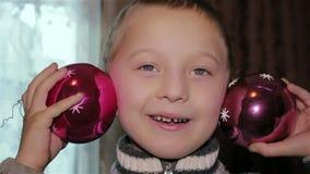 Brinquedos do Natal em uma criança filme