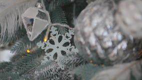 Brinquedos do Natal na árvore com neve e festões filme