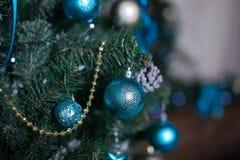 Brinquedos do Natal na árvore de Natal Imagem de Stock