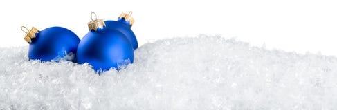 Brinquedos do Natal na neve no branco Foto de Stock