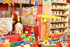 Brinquedos do Natal para a venda na tenda imagem de stock